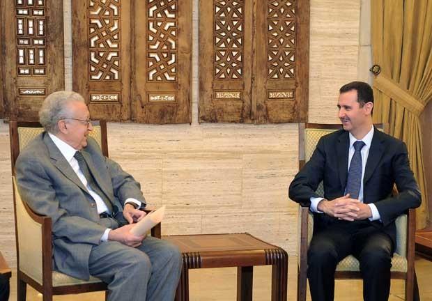 Enviado especial da ONU para a Síria, Lakhdar Brahimi se encontra com o presidente sírio Bashar al-Assad neste domingo (21) (Foto: AFP)