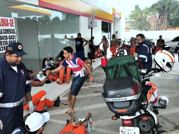 Vítimas receberam atendimento em posto de combustíveis (Foto: Patrick Marques/G1 AM)