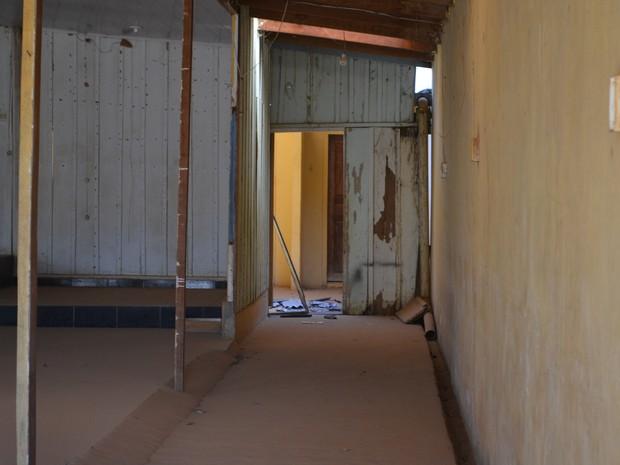 Na perseguição, suspeito caiu de telhado de casa (Foto: Eliete Marques/ G1)