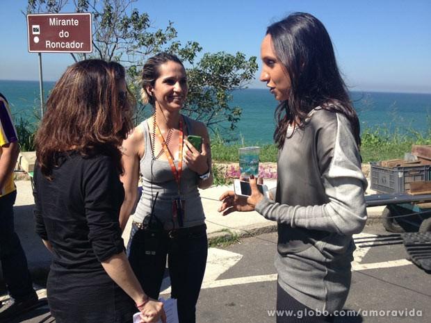 Maria Maya em gravação na praia (Foto: Amor à Vida/TV Globo)