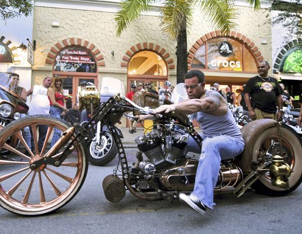 Motociclista em evento da Flórida, que reúne quase 10 mil motociclistas em evento para angaror fundos para instituições de caridade. (Foto: Bert Budde/Florida Keys News Bureau/Reuters)