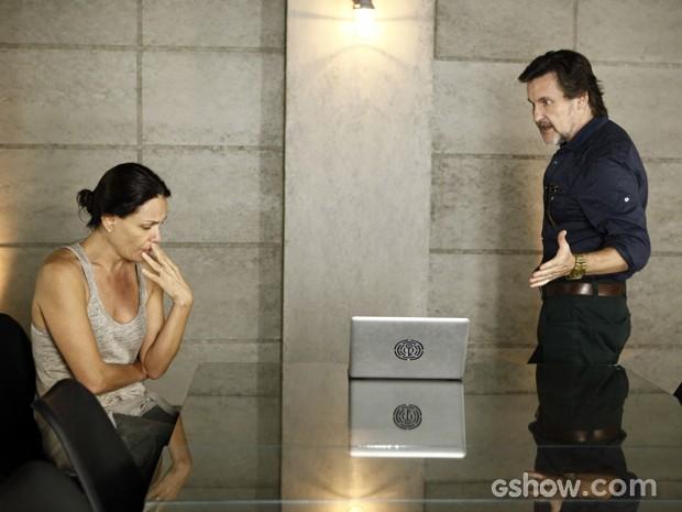 Ela mente e diz que o vilão queria a fórmula só para ele (Foto: Inácio Moraes/TV Globo)