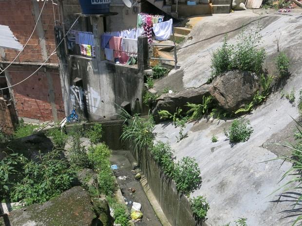 Esgoto corta grande parte da comunidade e passa na porta da casa diversas famílias (Foto: Janaína Carvalho / G1)