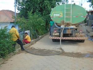 Caminhão abastece as partes mais altas da cidade.  (Foto: reprodução\Prefeitura de Goiabeira)