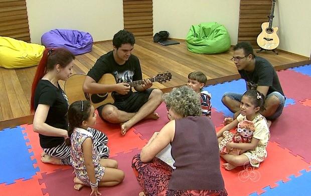 Alunos da Ufac dão aulas de música para crianças de várias comunidades da capital (Foto: Bom Dia Amazônia)
