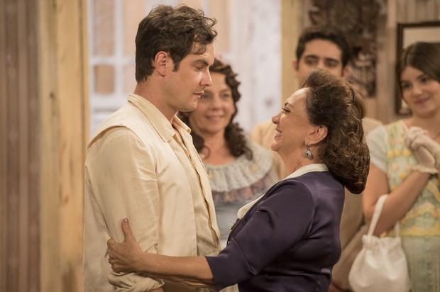 Sérgio Guizé e Eliane Giardini em cena da novela Êta Mundo Bom (Foto: Globo/João Cotta)