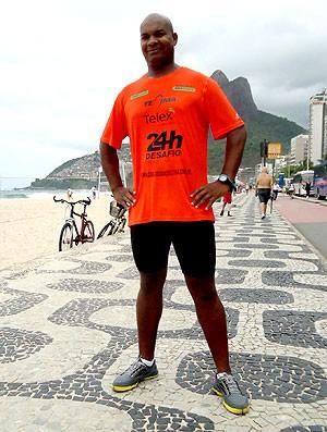 Carlos Dias ultramaratonista na praia (Foto: Igor Christ )