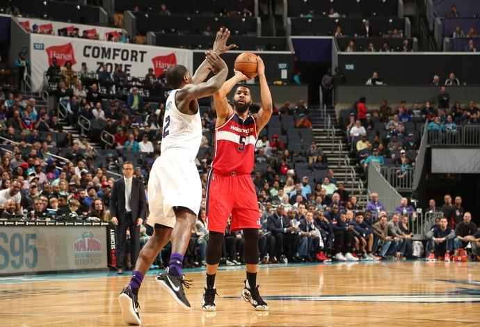 Hornets e Wizards duelaram nesta segunda-feira (Foto: Kent Smith/NBAE via Getty Images)