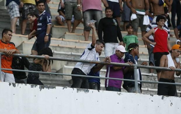 Insatisfeita, torcida do Remo jogou objetos no gramado do Estádio Mangueirão (Foto: Marcelo Seabra/O Liberal)