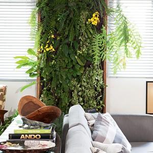 Se você gosta de plantas, mas o apartamento não tem varanda, inspire-se no painel planejado por Lulis e Gil, que faz as vezes de quadro verde na sala. (Foto: Lufe Gomes)