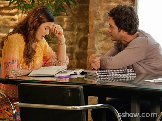 Luiza resiste aos encantos de Laerte e tenta dar uma pausa no romance (Foto: Fábio Rocha/ TV Globo)