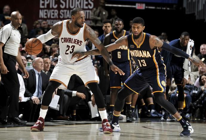 LeBron James venceu o duelo com Paul George, em grande jogo entre Cleveland Cavaliers e Indiana Pacers (Foto: Getty Images)
