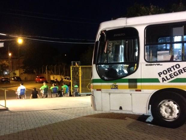 Ainda durante a madrugada, pequeno grupo impediu saída de ônibus de garagens em Porto Alegre (Foto: José Serafim/Divulgação Presidente Vargas)