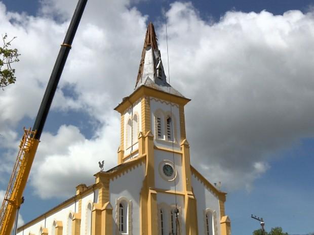 Colmeia estava instalada em uma das torres da igreja em São Gonçalo do Sapucaí (Foto: Reprodução EPTV / Edison de Oliveira)