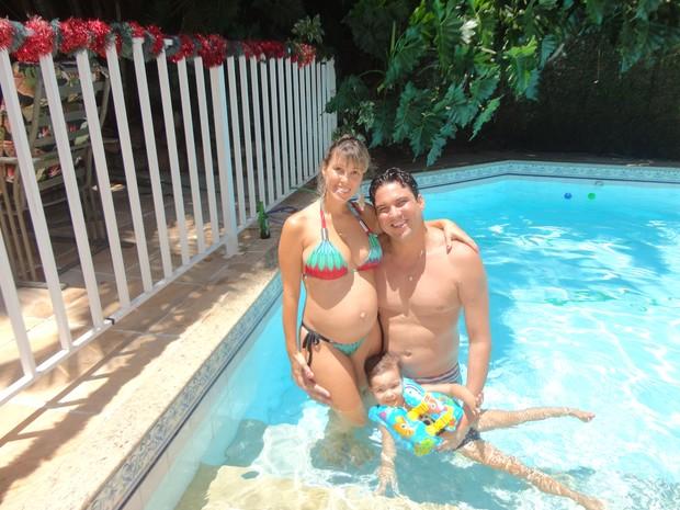Grávida de gêmeos, ex-paquita Roberta Cipriani posa com o marido, Raphael Thuin, e a filha, Nicole (Foto: Pablo Amora/ Divulgação)