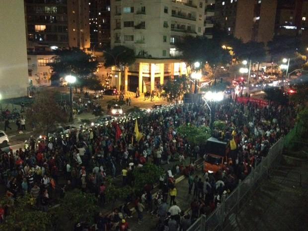 Manifestantes em frente à Câmara de São Paulo nesta terça (Foto: Roney Domingos/G1)