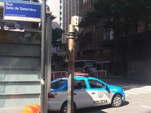 Carro da PM estava parado na Rua 7 de Setembro, no Centro do Rio, local onde homem foi atacado por menores (Foto: Mariana Cardoso/G1)