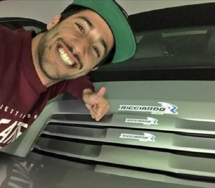 Daniel Ricciardo cola adesivos no carro de Felipe Massa (Foto: Reprodução)