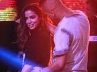 Anitta ganha tapinha no bumbum e puxada de cabelo de fã em show