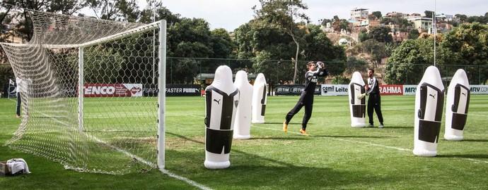 Victor em treino do Atlético-MG com joão bobo na Cidade do Galo (Foto: Bruno Cantino/Atlético-MG)