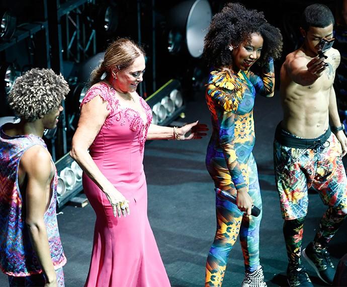 Suzana Vieira se diverte no palco, ao lado do Dream Team (Foto: Raphael Dias/Gshow)