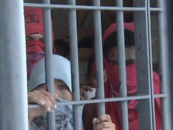 Menores  fazem motim em cela superlotada em Taubaté (Foto: Reprodução/TV Vanguarda)