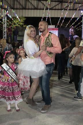 Ex-BBBs Fernando e Aline se casam em festa junina (Foto: Isac Luz/ EGO)