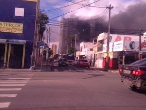 incendio na rua asunção no centro de fortaleza (Foto: Gisleine Carneiro)