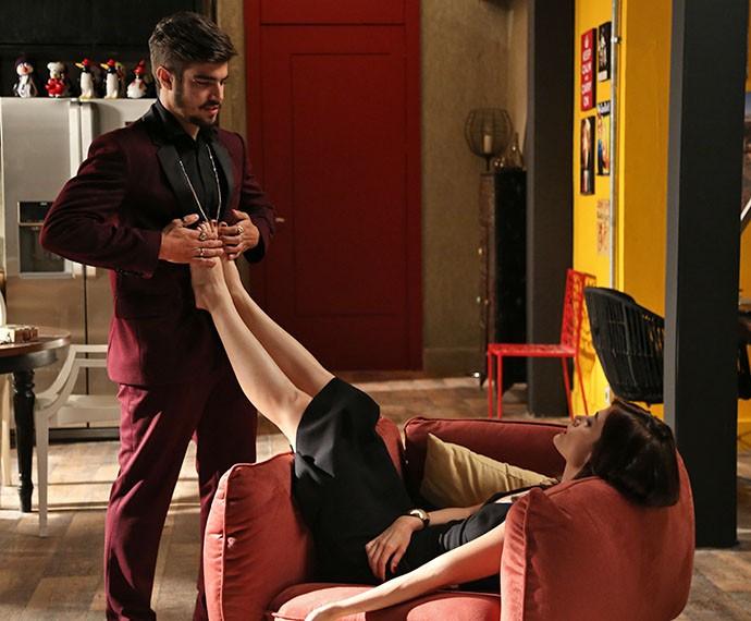 Grego massageia os pés de Margot  (Foto: Carol Caminha/Gshow)