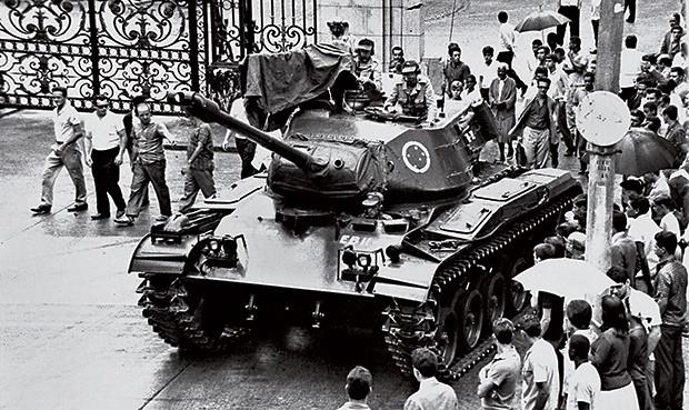 MEIA-VOLTA Tanque militar no Rio. Protegeu o governo e, horas depois, mudou de lado (Foto: Agência O Globo)