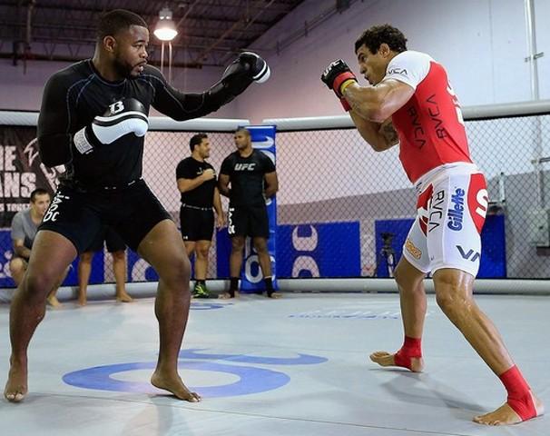 Rashad Evans treina o brasileiro Vitor Belfort para enfrentar Jon Jones no UFC 152 (Foto: Getty Images)