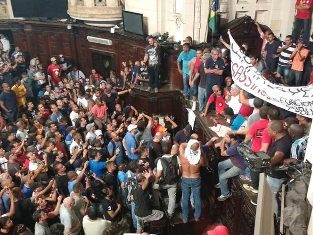 Manifestantes ocupam mesa da presidência da Alerj (Foto:  Leonardo Cardoso/ TV Alerj)