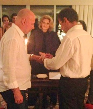 Casamento Gilberto Braga e Edgar Moura Brasil - a juíza de paz Maria Vitória Riera abençoando o casal (Foto: Bruno Astuto)