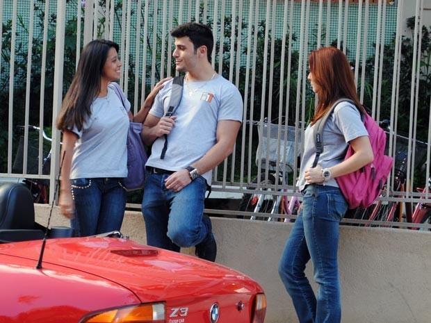 Bernardo ignora Débora no colégio e sai com outra garota (Foto: Divulgação/TV Globo)