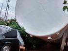 Vento forte derruba caixa d´água e destrói carro em Agudos