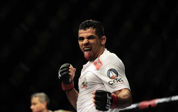 Renan Barão comemora a vitória no UFC Barueri (Foto: Marcos Ribolli)