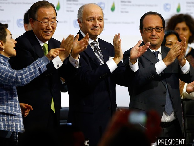 French President Francois Hollande, right, French Foreign Minister and president of the COP21 Laurent Fabius, second, right, United Nations climate chief Christiana Figueres and United Nations Secretary General Ban ki-Moon (Foto: AP)