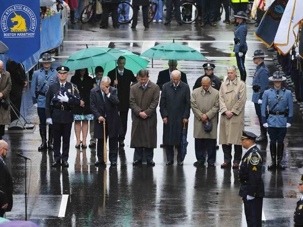 Ex-prefeito de Boston, Tom Menino (2o da esquerda), prefeito Marty Walsh (3º da esquerda), o vice-presidente dos EUA, Joe Biden (centro), governador de Massachusetts Deval Patrick (2º da direita) e autoridades locais participam do minuto de silêncio em ho (Foto: Reuters/Brian Snyder)