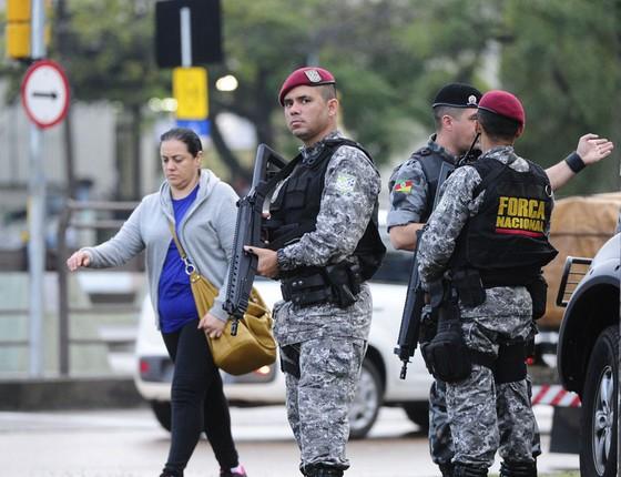 Agentes da Força Nacional durante patrulhamento na ruas de Porto Alegre (Foto:  RONALDO BERNARDI/Agência RBS/ESTADÃO CONTEÚDO   )