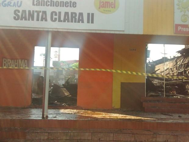 Além das lanchonetes, fogo atingiu loja e salão (Foto: Nerci Ceriaco de Olivera Lopes)