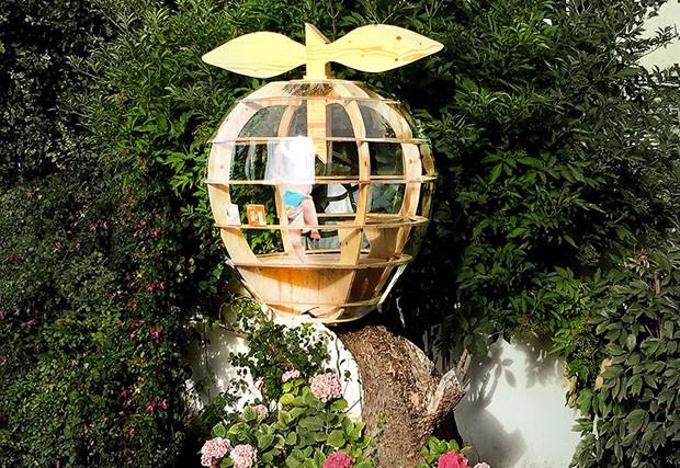Arquitetos criam casa na árvore em formato de maçã (Foto: Divulgação)