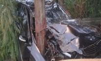 Motorista sai ileso após destruir Mercedes em batida contra poste (Reprodução / TV TEM)