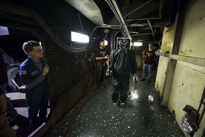Testes realizados com o robô Saffir no combate à incêndios em navio da Marinha (Foto: Divulgação/US Navy)