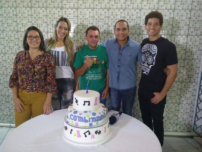 A equipe comemorou o aniversário do programa junto com as crianças da creche Almir do Picolé (Foto: Fernando Petrônio)
