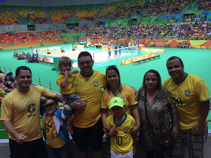 Descrição da imagem: Eliezer, família e as crianças posam para foto na Arena do Futuro (Foto: Thierry Gozzer)
