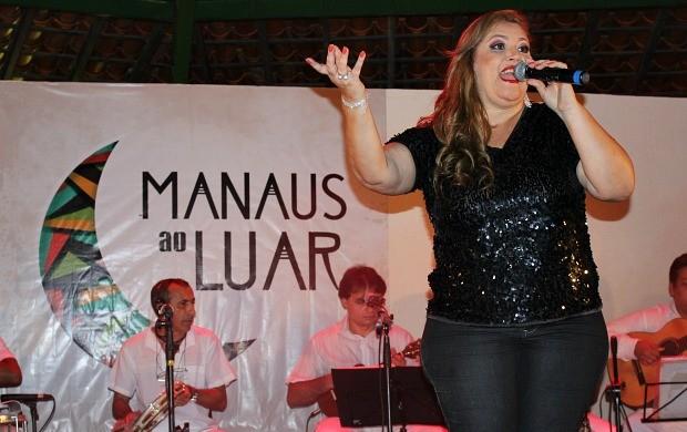 Lucilene Castro solta a voz no projeto 'Manaus ao Luar' (Foto: Gisa Almeida/Rede Amazônica)