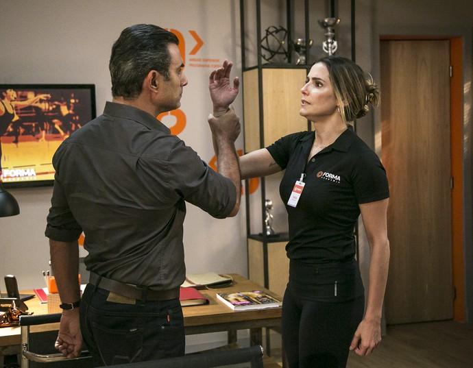 Tânia ameaça dar tapa em Ricardo, mas ele a segura (Foto: Isabella Pinheiro/Gshow)