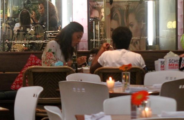 Juliana Paes almoça com o filho e sua babá (Foto: Daniel Delmiro/Ag News)