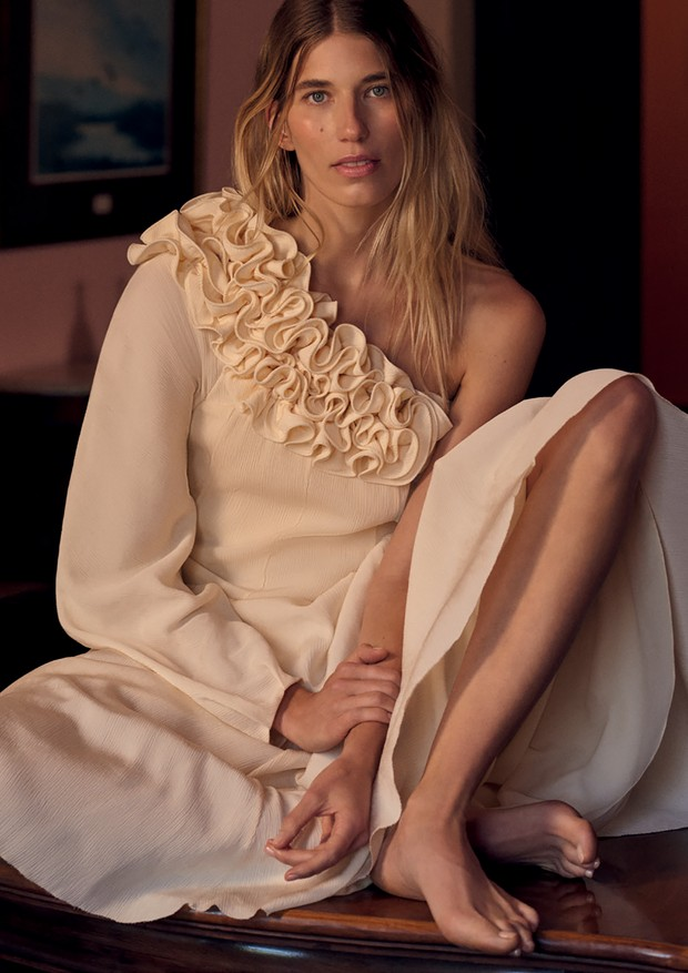 Vestido plissado com babados no decote inspirado na obra O Antes É o Depois, de Lygia Clark (R$ 4.842) (Foto: Gui Paganini)