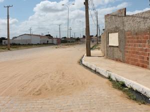 Nada indica que existe uma parada de ônibus na Avenida dos Minérios (Foto: Yuri Matos/G1)